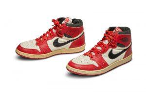 O pereche de ghete care i-a aparţinut lui Michael Jordan, vândută la licitaţie cu 560.000 dolari