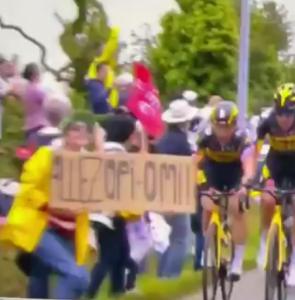 Dezastrul din Tour de France: Poliția caută o femeie care a provocat accidentul
